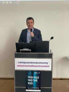 Photo - Event Digitale Woche Kiel Sedptember 2019 - Stefan Tecuceanu at MeetPlace Group v03